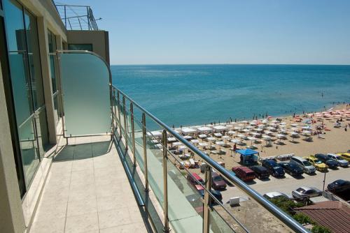 Почивка на море - Na more.info - Апартамент на морския бряг, 2 км. преди Златни пясъци
