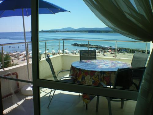 Почивка на море - Na more.info -  Двустаен апартамент в Приморско на първа линия, панорамен, лукс, до 7 човека, две бани с WC, кухня