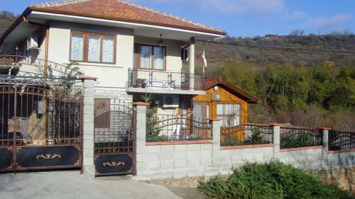 Почивка на море - Na more.info - Самостоятелна вила в Балчик с 3 спални, хол, банкетна зала, кът за хранене на открито, градина